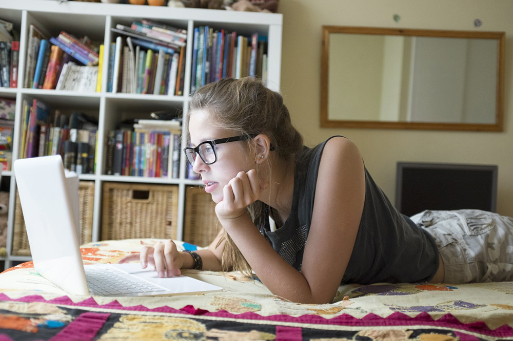 1.main-girl-laptop.jpg