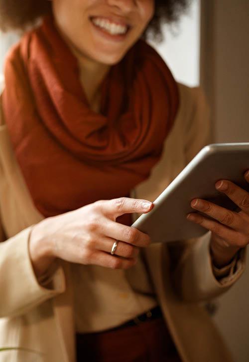 Parent-reading-school-newsletter-on-iPad